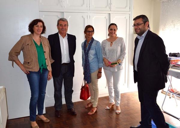 El vicepresidente, Aurelio Abreu, y el consejero del IASS, Miguel Ángel Pérez, con miembros de la entidad. / DA