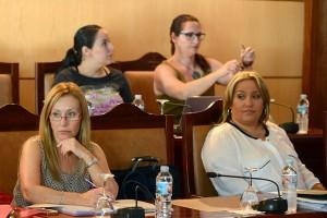 Inmaculada Martín y Carina Dainotto no esconden su distancia, dejando por medio un sillón en el Pleno. / S.M.