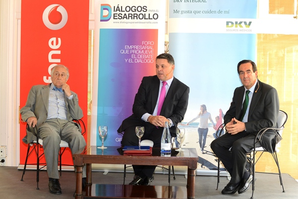 Inocencio Arias, el periodista Santiago Negrín y José Bono. | S. MÉNDEZ