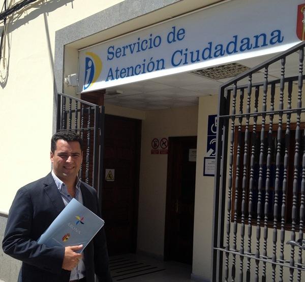 José Fuentes, ante el Registro Municipal de Arona. /  DA