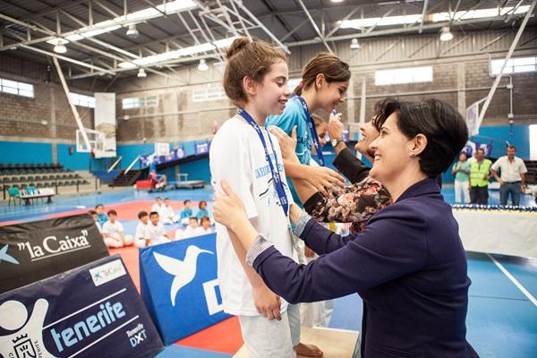 María del Cristo Pérez entrega una medalla a una competidora. / DA