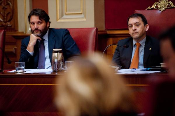 El alcalde, José Manuel Bermúdez (CC), y el primer teniente de alcalde, José Ángel Martín (PSOE), durante un pleno del Ayuntamiento. | FRAN PALLERO