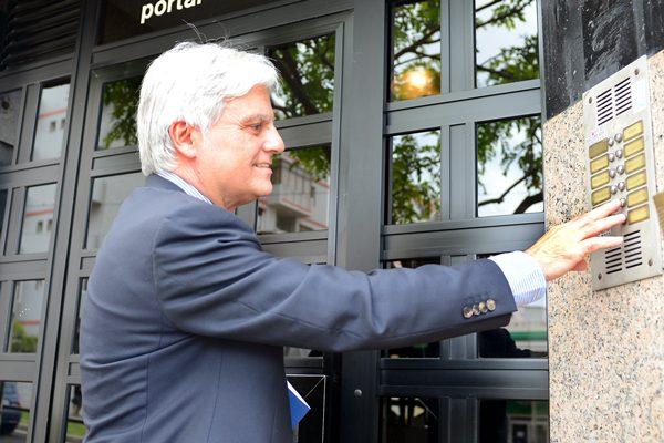 José Miguel Pérez, a su llegada a la sede tinerfeña de la Ejecutiva regional del PSOE.   SERGIO MÉNDEZ