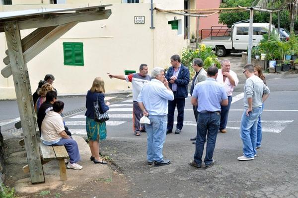 Ignacio González y José Luis Delgado visitaron recientemente el barrio y escucharon a los vecinos. / DA