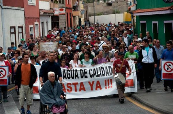 Más de 500 vecinos salieron el 29 de marzo a la calle para exigir un agua de calidad. / FRAN PALLERO