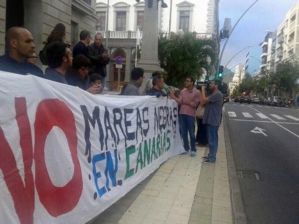 Manifestación ayer ante la Subdelegación del Gobierno tras la decisión del Ministerio de Medio Ambiente. / DA