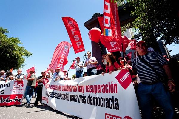 Las dos manifestaciones recorrieron ayer el centro santacrucero: a la izquierda, acto final de la convocada por UGT y CC.OO.; y a la derecha, la protesta de otros cinco sindicatos. / FRAN PALLERO