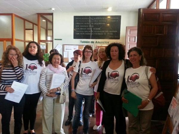 Madres y alumnos de la Escuela de Música en el Registro Municipal. | DA