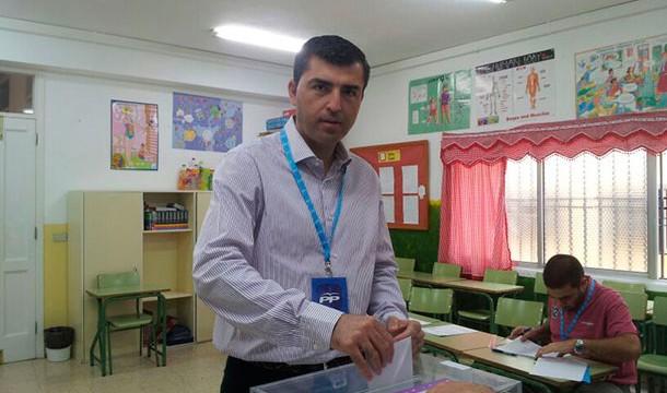 El Presidente del PP de Tenerife, Manuel Domínguez, ejerce su derecho al voto