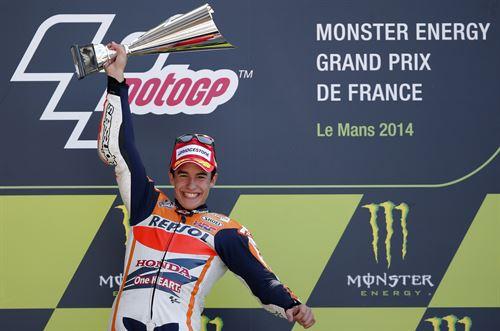 Marc Márquez en el podio de Le Mans. | REUTERS