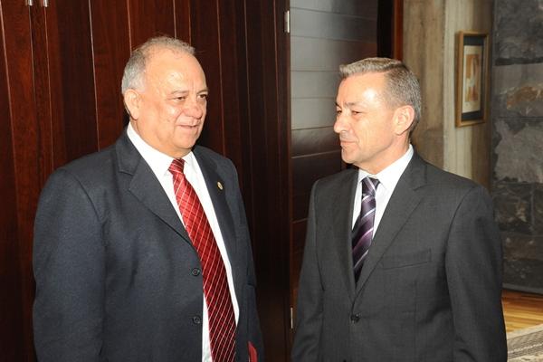 El embajador venezolano, Mario Isea, con el presidente canario, Paulino Rivero, ayer, en Tenerife. | DA