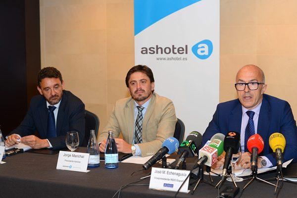Ovidio Zapico, Jorge Marichal y José Miguel Echenagusía, durante la rueda de prensa.   SERGIO MÉNDEZ