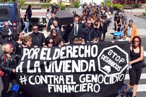 Activistas de la PAH y otros colectivos, en su alegórico funeral antes de pagar la deuda en un banco. / S. MÉNDEZ