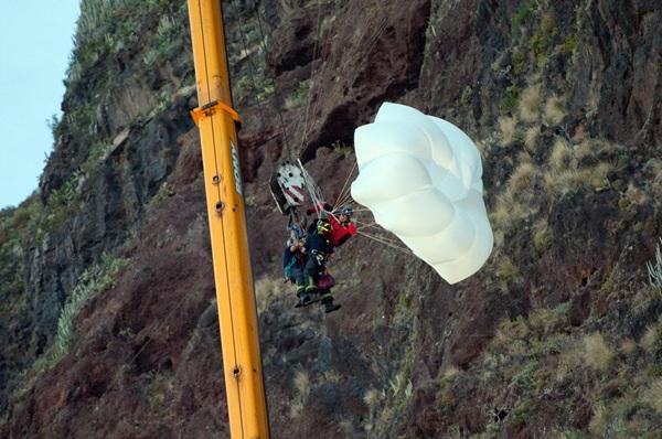Alejandro, en el momento de ser rescatado el pasado viernes en la Punta del Hidalgo. / FRAN PALLERO