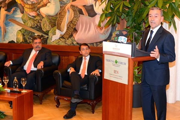 El presidente del Gobierno canario, Paulino Rivero, durante la charla de ayer en el Hotel Mencey. / SERGIO MÉNDEZ