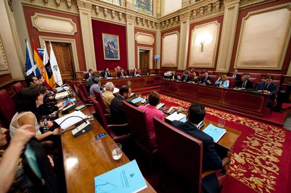 Salón de plenos del Ayuntamiento con todos los grupos políticos, ayer durante la sesión. / FRAN PALLERO