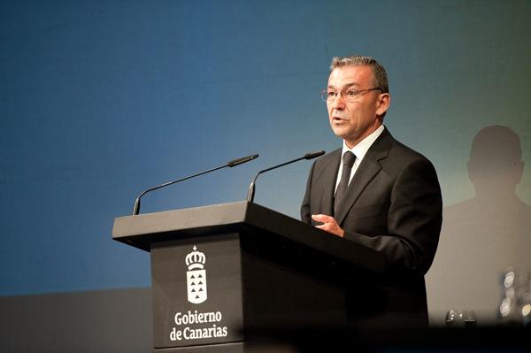 Rivero, durante su discurso del Día de Canarias en el Teatro Guimerá. | FRAN PALLERO