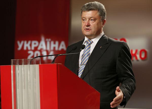 El magnate Petro Poroshenko ha proclamado su victoria en las elecciones presidenciales celebradas este domingo en Ucrania después de que los sondeos a pie de urna le den una mayoría absoluta en la primera vuelta y ha prometido que seguirá por la senda europea.