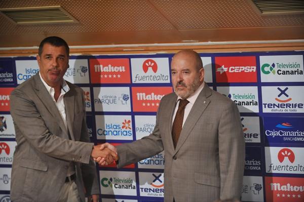 Momento de la presentación de Medina como responsable del área deportiva de la entidad blanquiazul el 3 de julio de 2012.   FRAN PALLERO