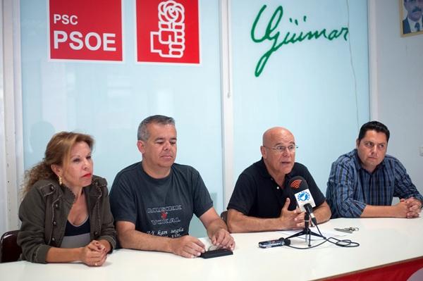Rafael Yanes, acompañados por varios concejales socialistas, convocó ayer una rueda de prensa. / FRAN PALLERO