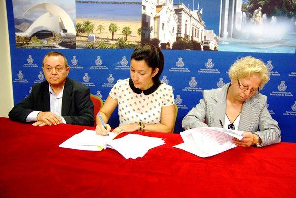 Raimundo Moreno, Alicia Álvarez e Iluminada Díaz ayer, durante la renovación del convenio con el CAF. | DA