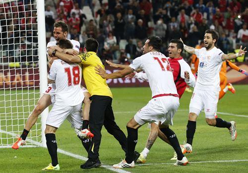 Los jugadores del Sevilla celebran el campeonato.   REUTERS
