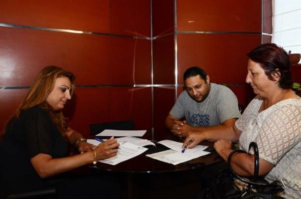 Cristina Valido, y la vicepresidenta de la Asociación, Ana Carmona, y el secretario, José Carmona, durante el acuerdo. | DA