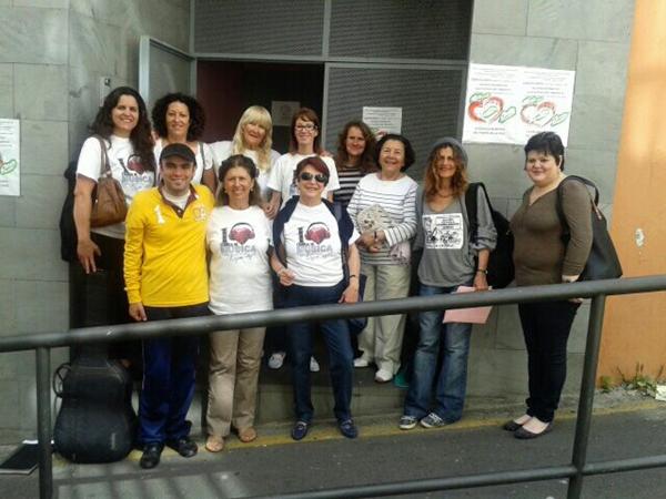 Un grupo de madres y alumnos, en la puerta de la Escuela de Música, se oponen al cierre del centro. | DA