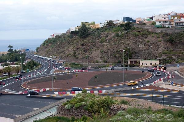 La rotonda de enlace con la autopista ha sido una de las partes más controvertidas. / FRAN PALLERO
