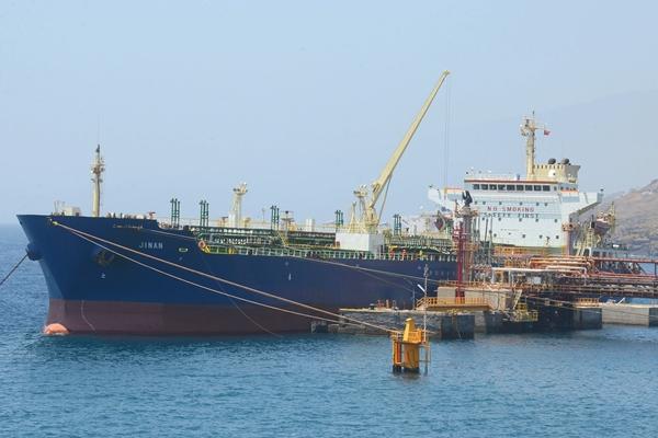 El buque, descargando ayer el crudo en la planta de Refinería.   SERGIO MÉNDEZ