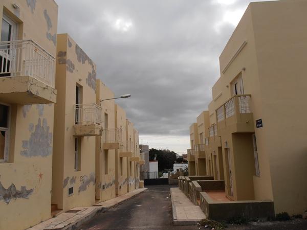 La ley prohibirá que haya viviendas de protección oficial sin ocupar (vista de una promoción en Arona). | DA