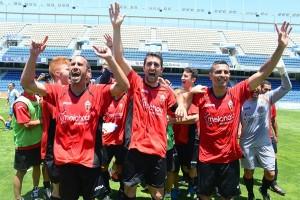 Los jugadores palmeros celebran el título sobre el césped del Rodríguez López. / SERGIO MÉNDEZ