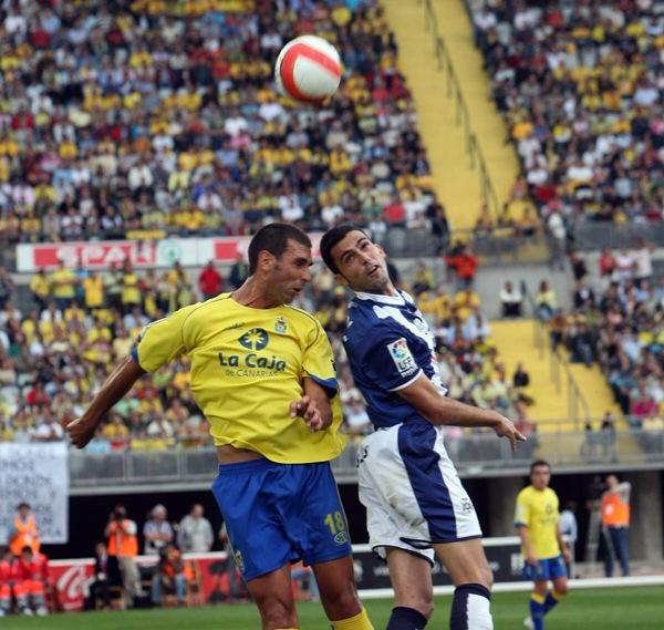 Cobas y Ricardo, en el derbi de 2008 en Siete Palmas. / DA