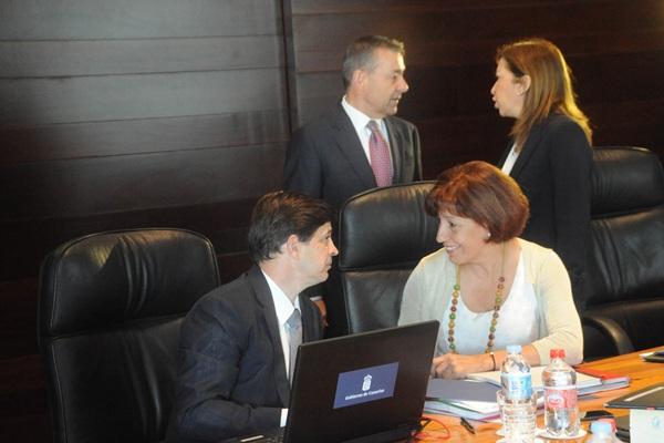 González Ortiz conversa con Inés Rojas, durante la reunión del Consejo de Gobierno celebrada ayer. | DA