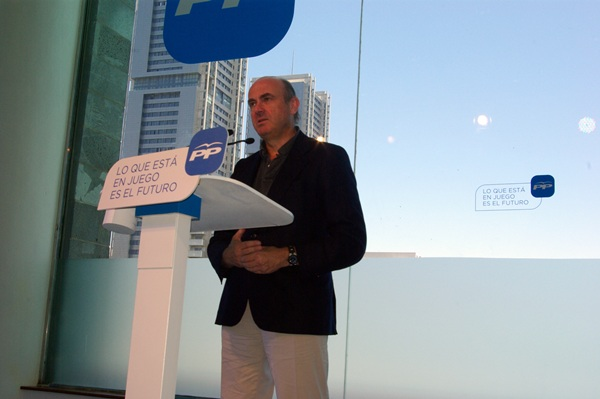 El ministro de Economía, Luis de Guindos, ayer en el parque marítimo de Santa Cruz de Tenerife. / DA