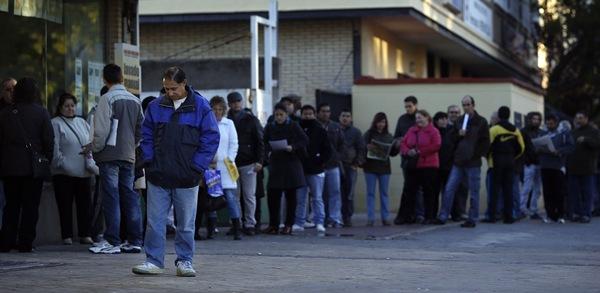 Demandantes de puestos de trabajo, ante una oficina pública de gestión. / DA