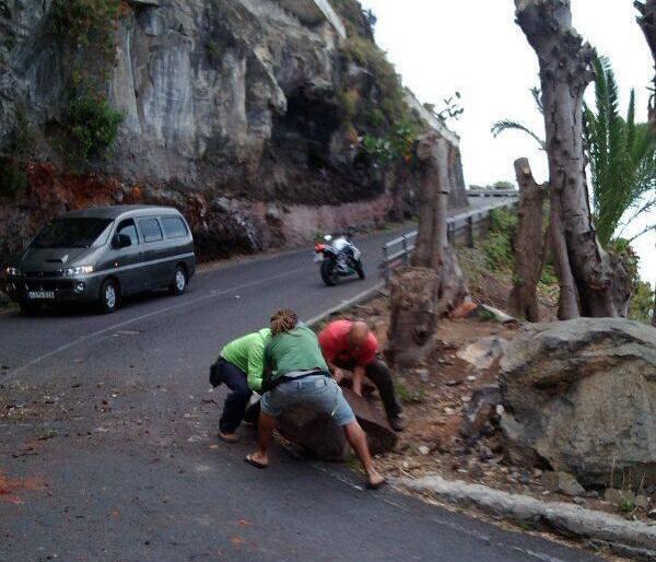 Días atrás se produjo un desprendimiento en la carretera, con el consiguiente peligro para los coches. / DA