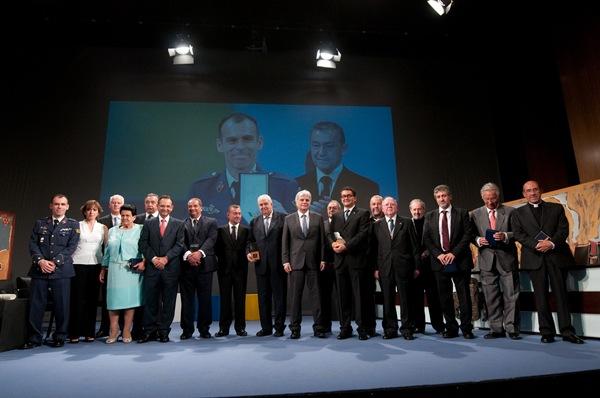 Los galardonados este año con los Premios Canarias y las Medallas de Oro posan con miembros del Gobierno regional y del jurado. | FRAN PALLERO