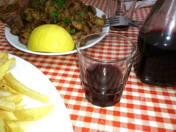Una carne fiesta y vino, productos típicos de los guachinches. | EP