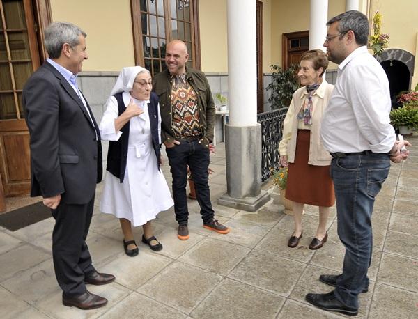Abreu y Pérez visitaron el centro de día para menores ubicado en Puerto de la Cruz, que está dirigido por la congregación Hijas de María Inmaculada Madre de la Iglesia. / DA