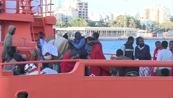 Personas rescatadas por Salvamento Marítimo tras llegar a Gran Canaria en una embarcación. | Vanessa Blasco