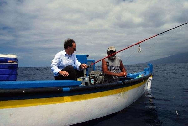Morales, con un pescador. / DA