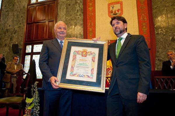 Melchior recibió en la tarde de ayer la Medalla de Oro de la Isla en un Salón Noble abarrotado. / FRAN PALLERO