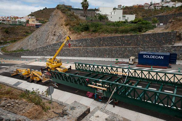 Instalan la pasarela peatonal para acceder a Los Moriscos. |F. PALLERO
