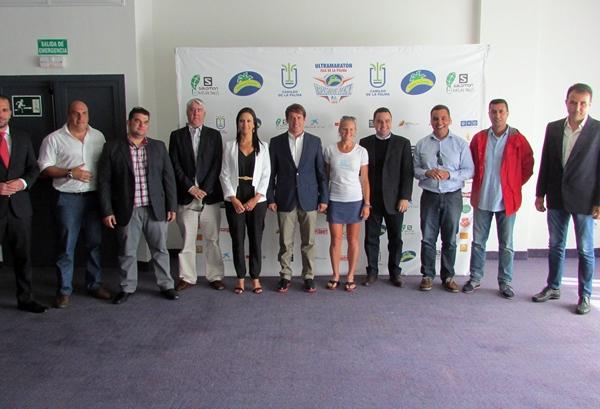 Hernández Zapata y los patrocinadores en la presentación de la Plátano de Canarias Transvulcania 2014. | DA