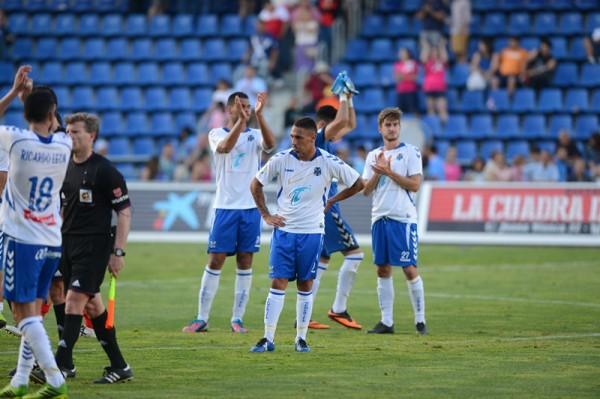 Suso lamentándose tras el partido mientras el resto de compañeros aplauden a la afición por su apoyo hasta el final. | SERGIO MÉNDEZ