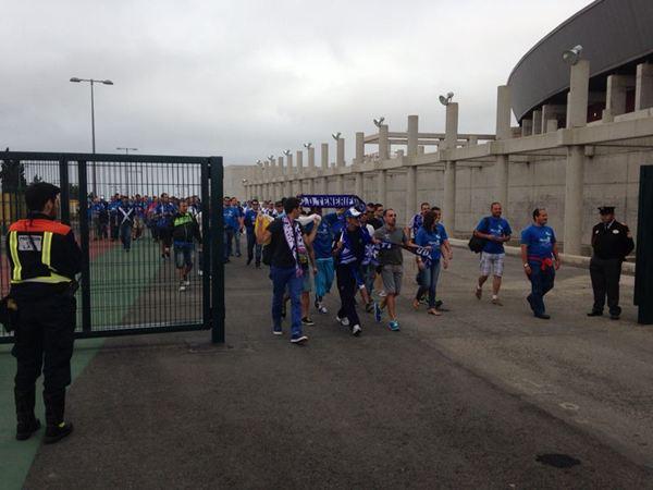 Primeros en entrar al estadio de la UD Las Palmas. / DA