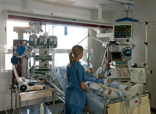 Muchas enfermeras están especializadas en cuidados intensivos. | DA