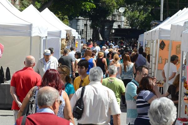 El paseo central de la Rambla congregó a miles de personas que se acercaron a disfrutar de las carpas de los distintos comercios. | SERGIO MÉNDEZ