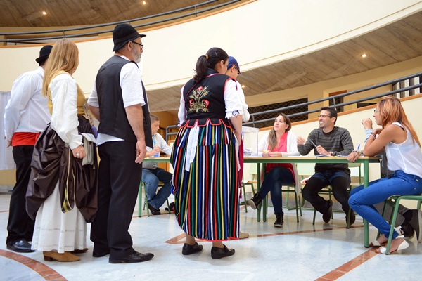 Votantes ataviados con el traje típico canario, una de las curiosidades que pudo verse ayer en El Chapatal. / S. M.